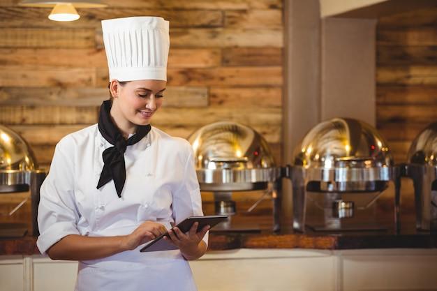 Шеф-повар стоит со скрещенными руками