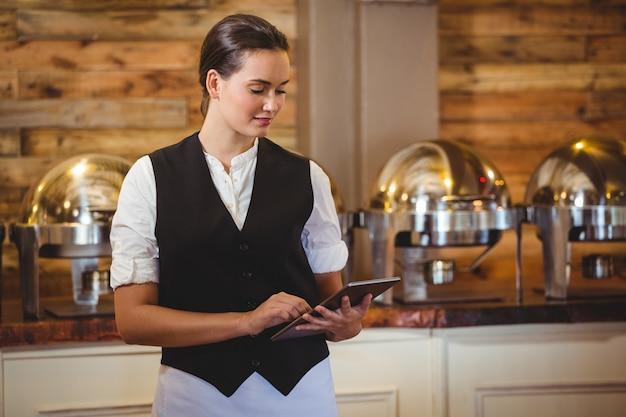 Официантка с помощью планшета