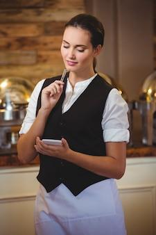 Официантка принимает заказ на тетради