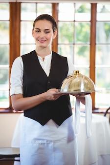 Официантка держит тарелку