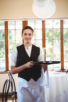 Портрет официантки с подносом с шампанским
