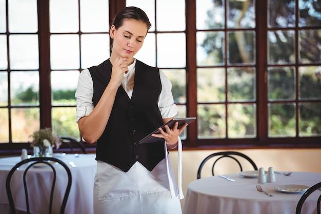 Официантка с помощью цифрового планшета