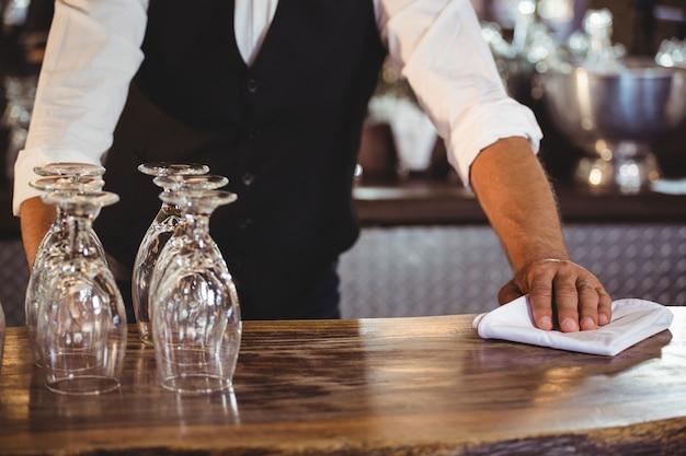 Середина секции бармена, чистящего барную стойку