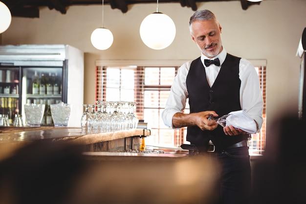バーテンダークリーニングワイングラス