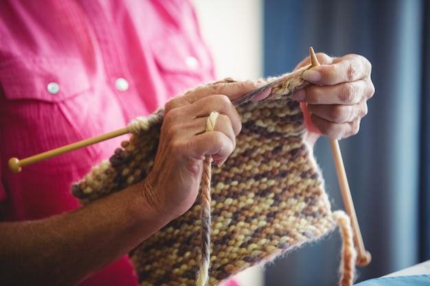 編み物をしている人のクローズアップ