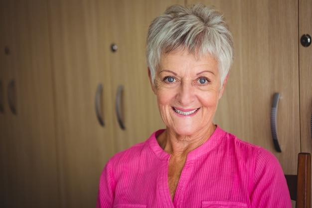 笑顔の引退した女性の肖像画