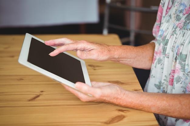 デジタルタブレットに触れる老人