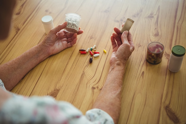 両手に医者と心配している年配の女性