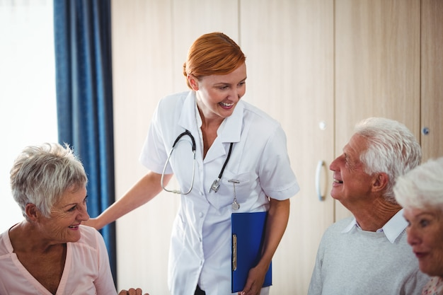 朝食時に高齢者を見て笑顔の看護師