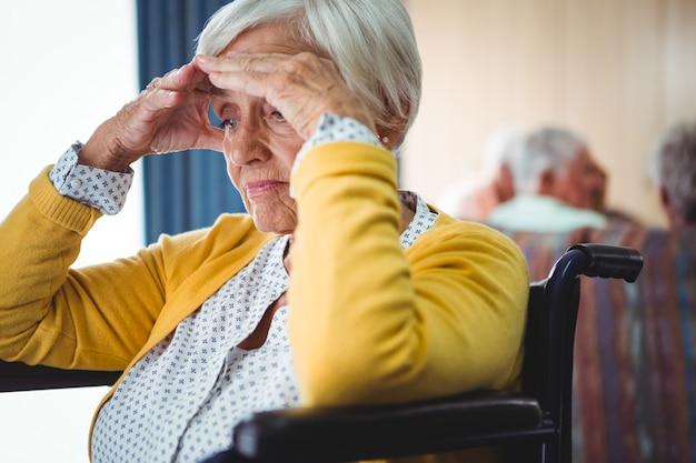 車椅子の年配の女性が心配そうに見える