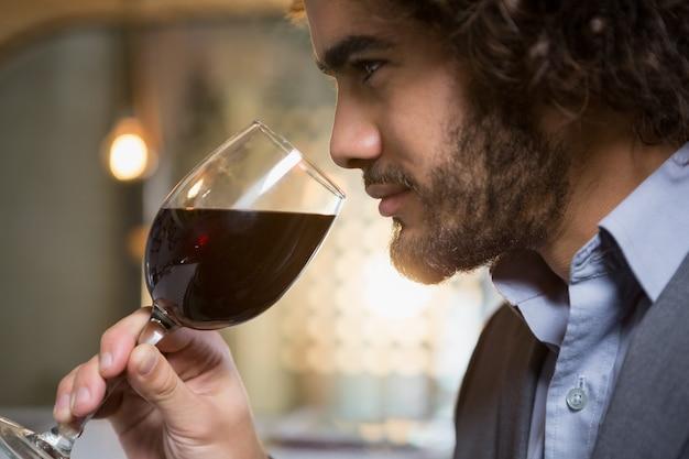 赤ワインのグラスを持つ実業家