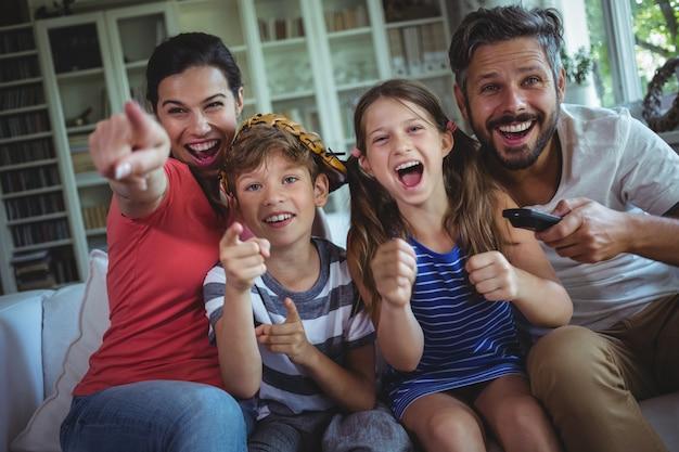 テレビを見て興奮している家族