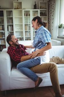 Счастливая женщина, сидя на коленях в гостиной
