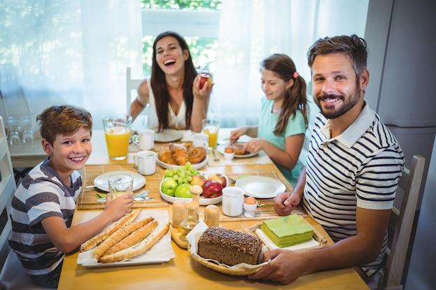 一緒に朝食を食べて幸せな家族