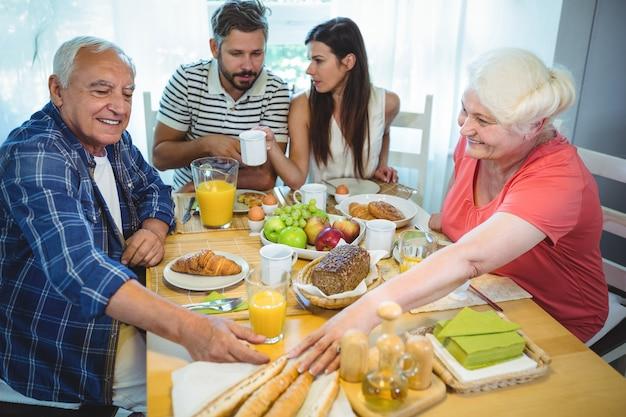 両親と朝食を持っているカップル