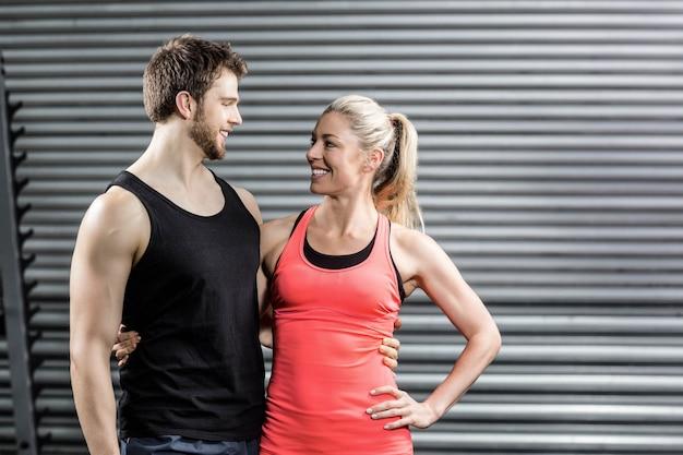 Счастливая пара в спортивном зале