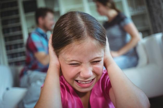 主張して彼女の両親を聞いて悲しい少女