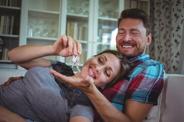Счастливая пара держит ключ от дома