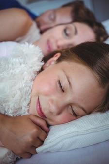 Семья спит на кровати