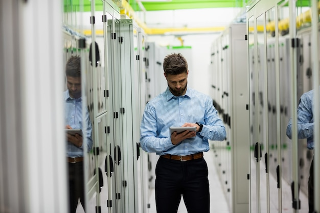 デジタルタブレットを使用する技術者