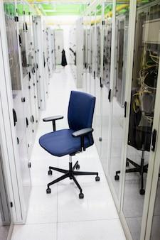 廊下の空の椅子