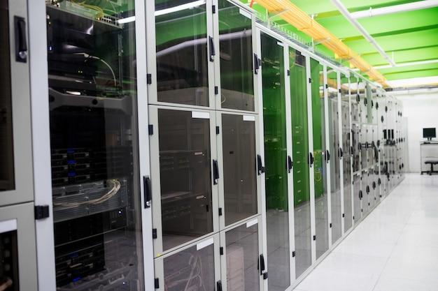 Прихожая с рядом серверов