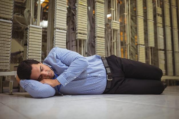 タイル張りの床で寝ている技術者を試みた