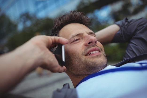 Красивый руководитель бизнеса разговаривает по мобильному телефону