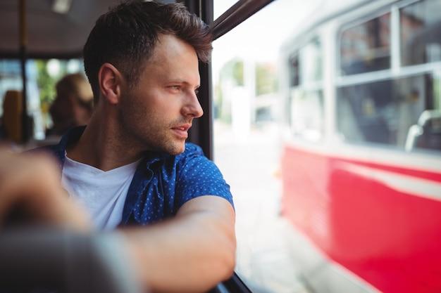 バスで旅行する人