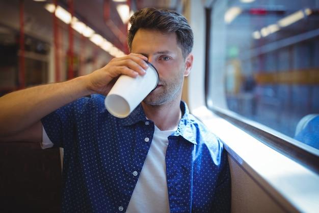 コーヒーを飲むハンサムな男