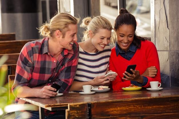 Друзья с помощью смартфонов