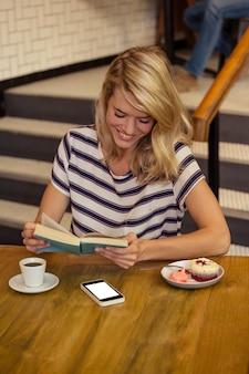 座っている本を読む女