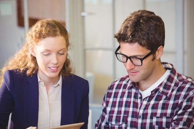 Портрет деловых людей, работающих вместе