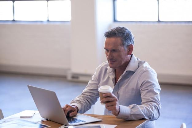 Бизнесмен работает на своем ноутбуке