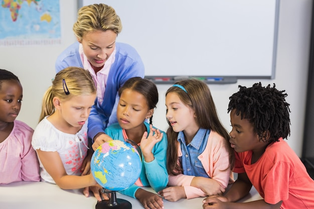 先生が子供たちと世界について議論します