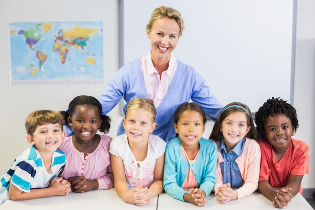 先生と教室での子供たちの肖像画