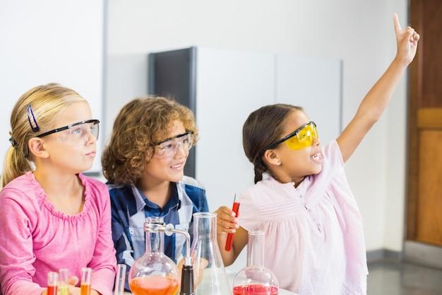 Дети делают химический эксперимент в лаборатории