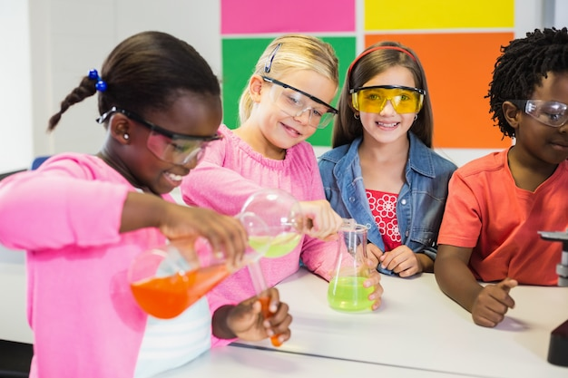 実験室で化学実験をしている子供