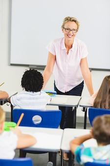 教室で教える教師