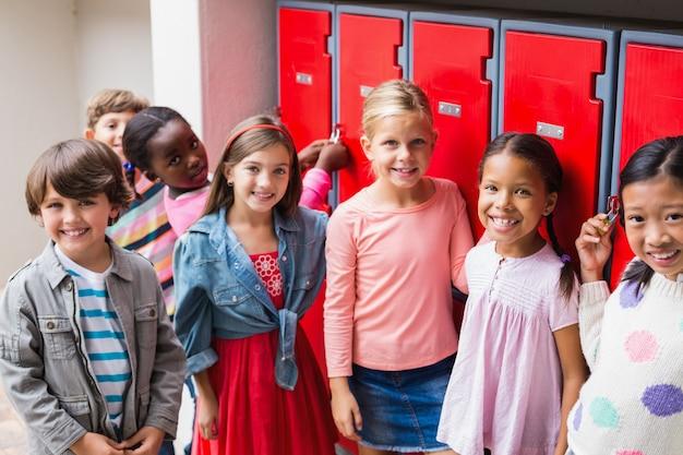 Группа детей, стоящих на школьной террасе