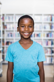 図書館に立っている幸せな少年