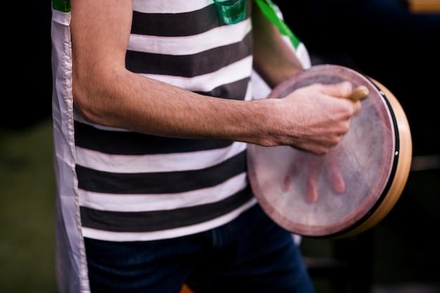 タンバリンを演奏する男
