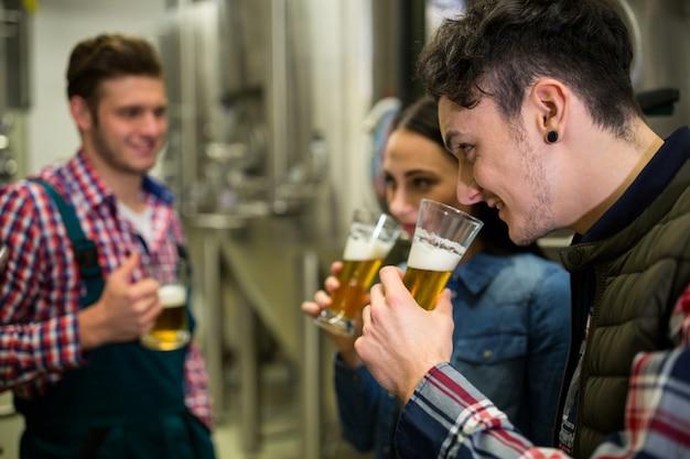 Пивовары тестируют пиво на пивоваренном заводе