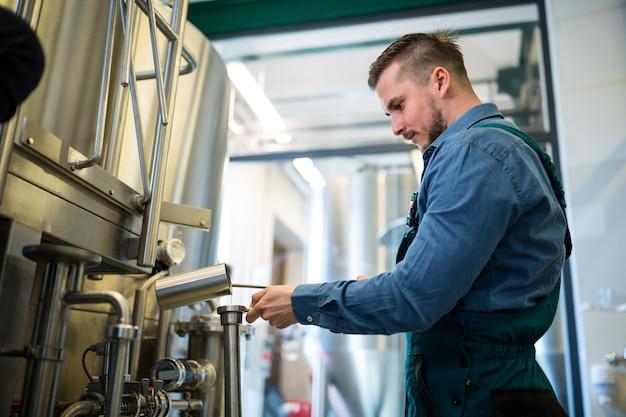 Пивовар проверяет пиво на пивоварне