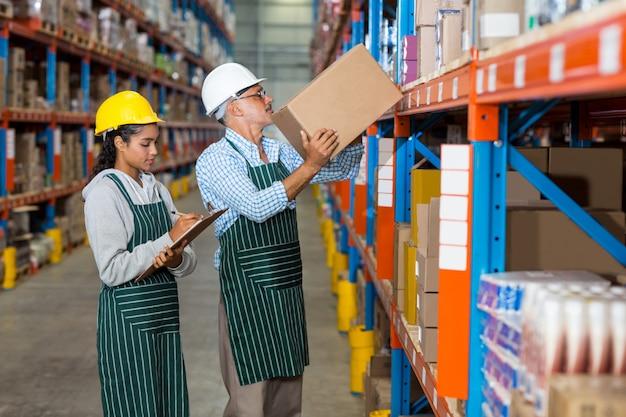 箱を運んで整理する労働者の同僚