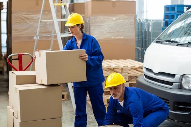 箱を運ぶ労働者