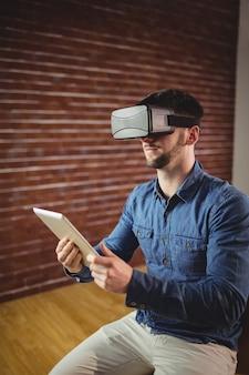 Человек с виртуальной стеклянной табличкой