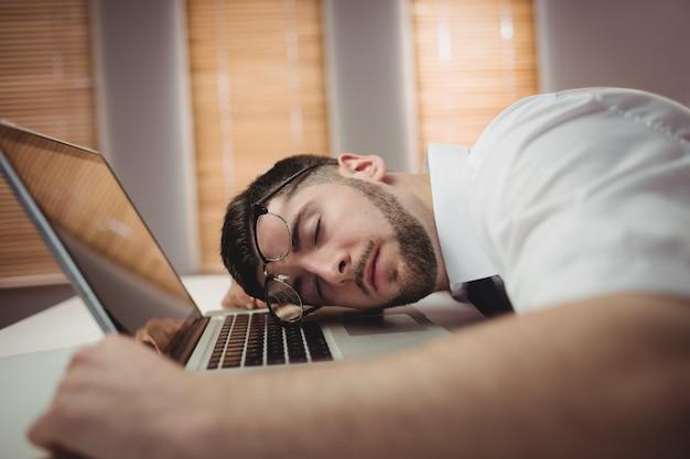 オフィスで寝ている男