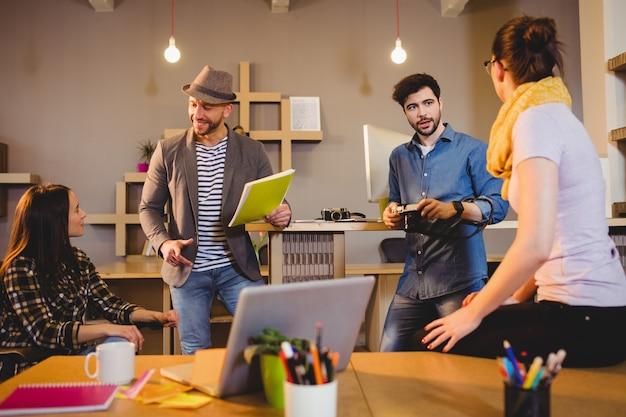 会議を持つグラフィックデザイナーのチーム