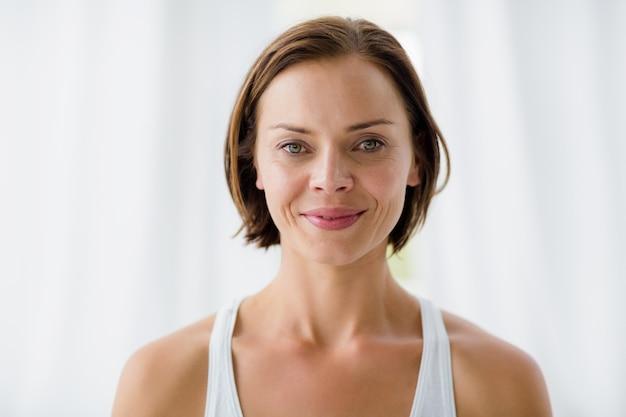 Портрет улыбающейся женщины в фитнес-студии